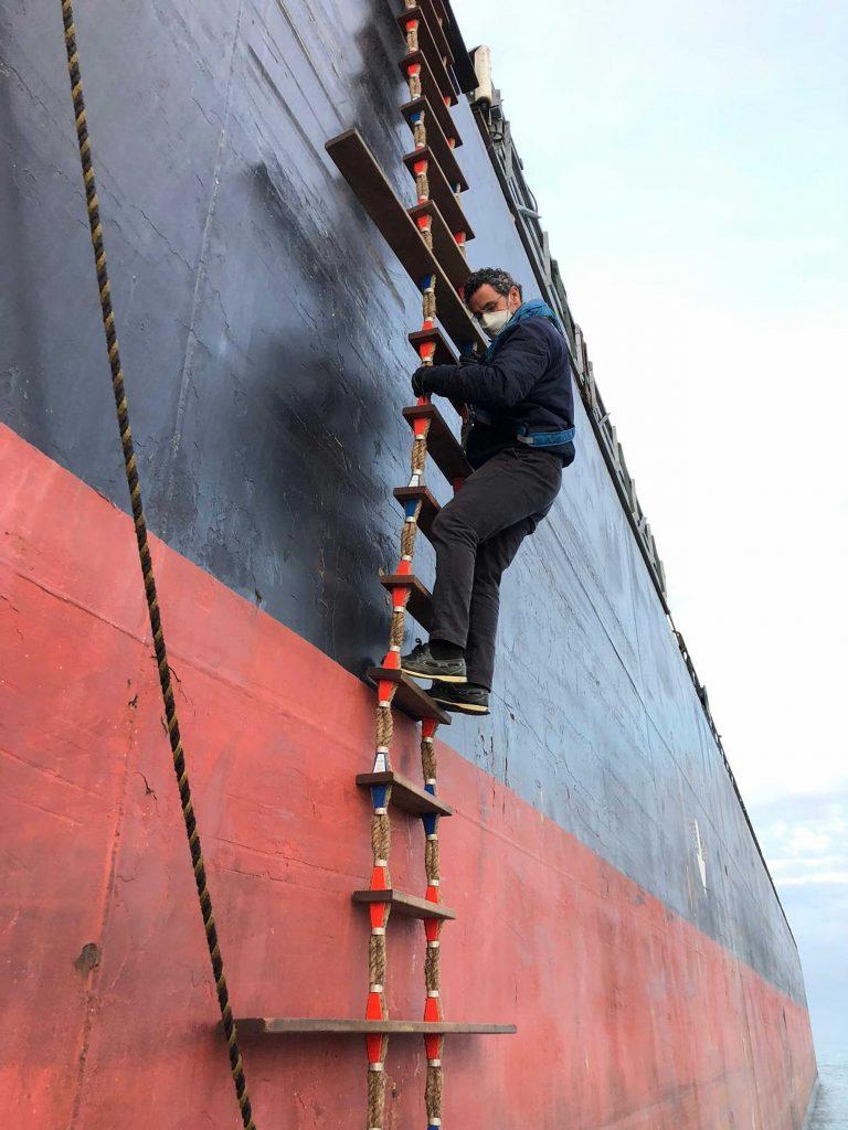 "Figura 15: Pelayo Infante desembarcando del buque granelero ""Louisa Bolten"" en abril de 2020 (Foto facilitada por Pelayo Infante)"