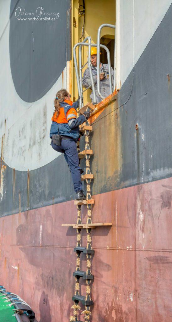 """Figura 8: Macarena Gil embarcando en el portacontenedores """"MSC LAURA"""" por la escala en abril de 2020 (Foto facilitada por Antonio Alcaraz de """"www.harbourpilot.es"""")"""