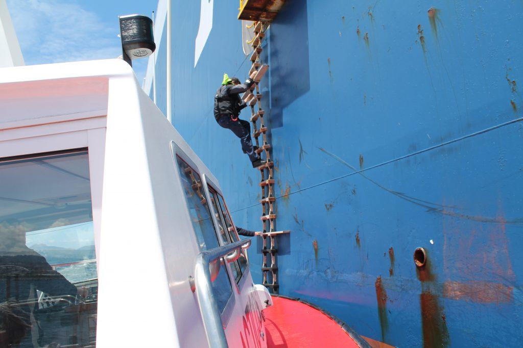 """Figura 9: Juan Grana embarcando en el buque Ro-Ro """"Prometheus Leader"""" en el puerto de Vigo (Foto facilitada por Juan Grana)"""