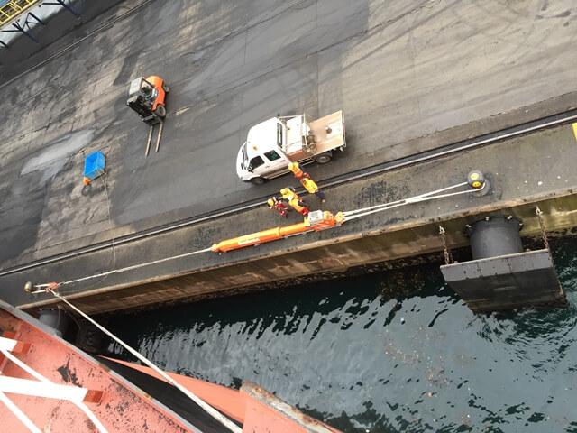 Figura 9: Vista aérea sistema de amarre hidraúlico en puerto exterior Ferrol (Fuente: Shore-tension)
