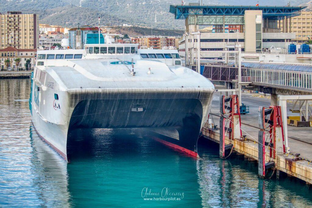 """Figura 4: Buque de pasaje español """"Avemar Dos"""" atracado en terminal del puerto de Algeciras el 28/10/20 (Foto facilitada por Antonio Alcaraz de """"www.harbourpilot.es"""")"""