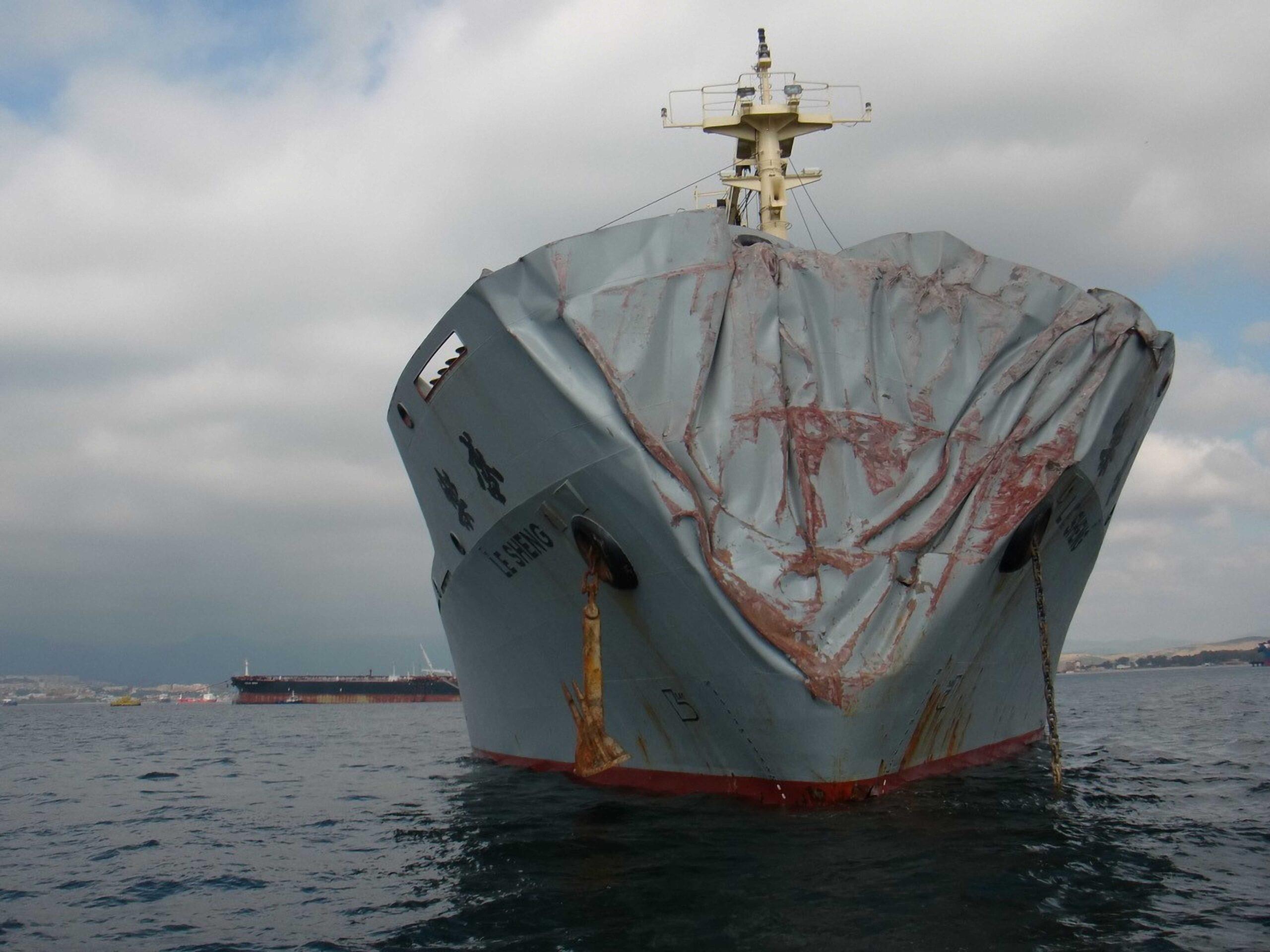 """Figura 1: Buque carga general chino """"LE SHENG"""" tras una pésima maniobra incumpliendo el RIPA en 2014, cerca de Gibraltar, colisionó con el granelero panameño """"CAPE MED"""", al fondo de la imagen (Foto facilitada por Carlos Duclos)"""
