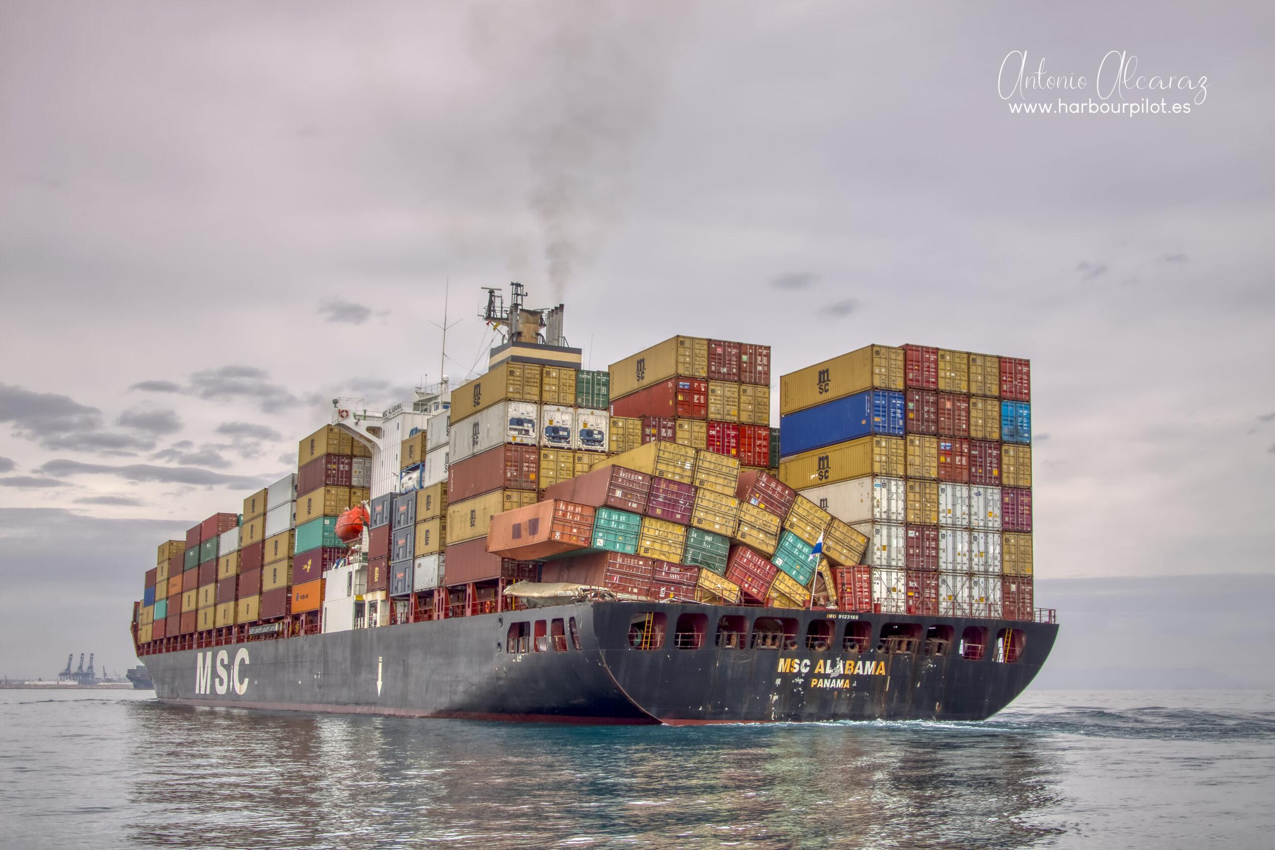 """Figura 3: Buque accidentado """"MSC Alabama"""" tras sufrir una probable mala estiba de contenedores (Foto facilitada por Antonio Alcaraz Arbelo de """"www.harbourpilot.es"""")"""
