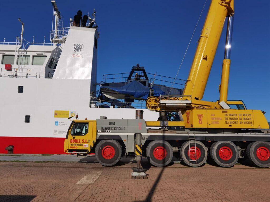 Figura 5: Cargando el reactor de titanio en el buque Sarmiento de Gamboa en 2020 (Fuente: José Manuel Villar de Medioambiental Oitaben)