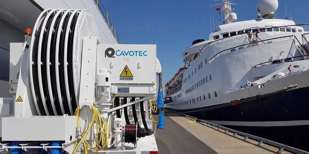 Figura 1: Conexión para dar electricidad a un buque atracado (Fuente: Cavotec)