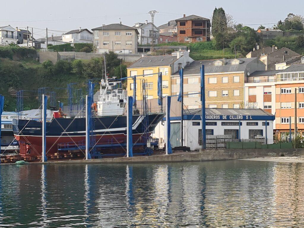 """Figura 11: Pesquero """"Cabaleiro Uno"""" en el carro varadero de Celeiro (Viveiro-Lugo) en abril de 2021"""
