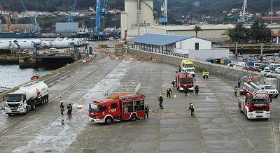 Figura 12: Simulacro realizado en el puerto de Ferrol en enero de 2017, con participación de los bomberos municipales (Fuente: Alejandro Rey, APFSC)