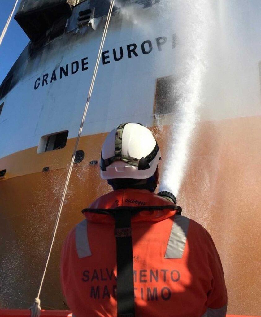 """Figura 8: Apagando incendio en el buque """"Grande Europa"""" (Fuente: Salvamento Marítimo)"""