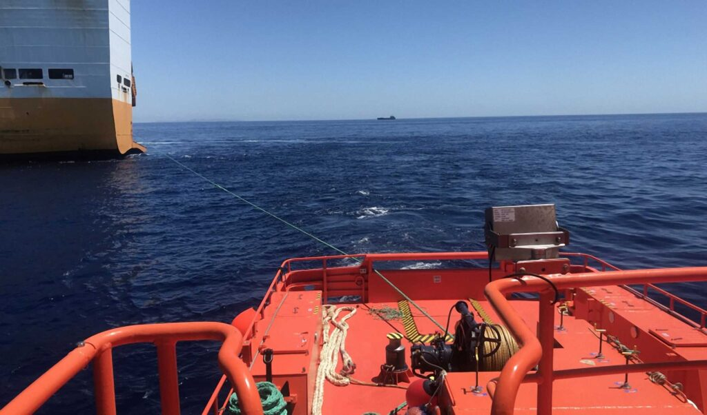 """Figura 9: Remolcando el buque """"Grande Europa"""" (Fuente: Salvamento Marítimo)"""