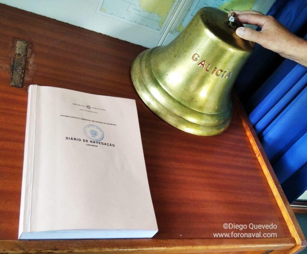 """Figura 6: Libro de bitácora y campana de bronce del """"Galicia"""" de la Naviera Suardiaz (Fuente: Diego Quevedo Carmona para Foro Naval)"""